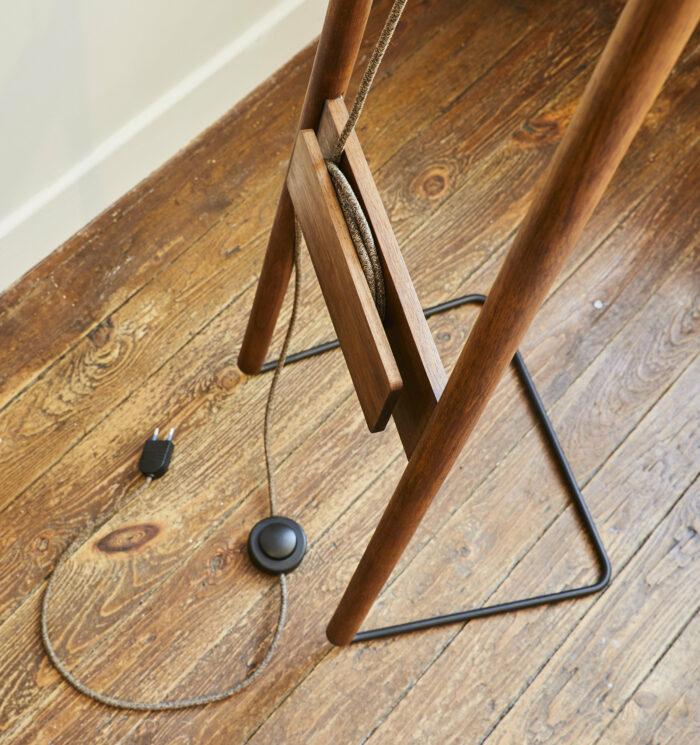 Lampadaire KNGB en bois et feutre détail du pied bois massif et cordon tissu chez L'inatelier nantes
