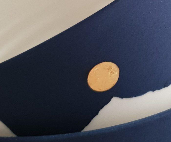Bols bleu avec feuille d'or_céramique_porcelaine_ambre hervo_l'inatelier_motif japon_blanc_fait main_savoir-faire_artisanat_nantes_contemporain_tourné main_déco_maison_art de la table_salon_salle à manger_thé_bol_détail