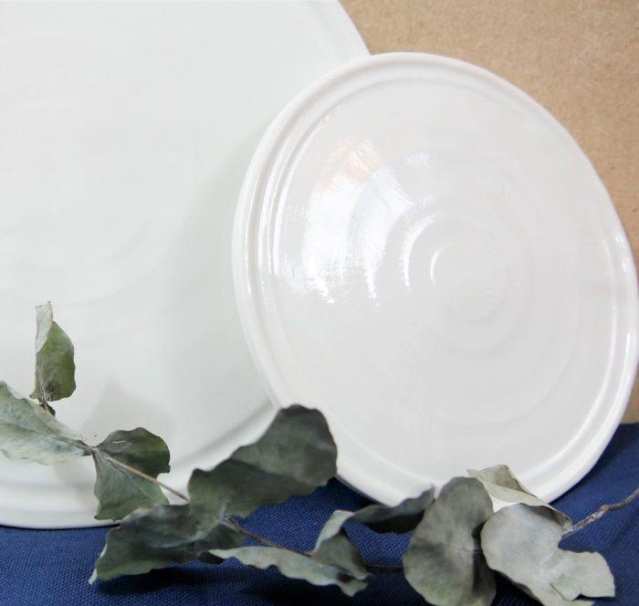 Petite Assiette à dessert en porcelaine. Bord plat. L'Inatelier Nantes. Céramique Ambre. Fabrication française