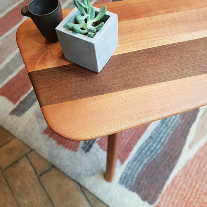Bout de canapé ou Table d'appoint en merisier et chataigner fumé L'INATELIER fabrication artisanale francaise angles arrondis