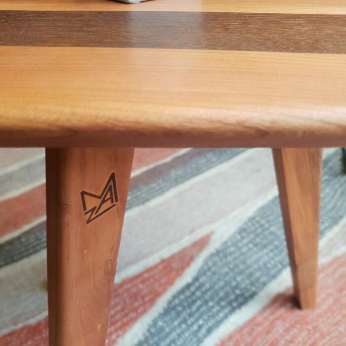 Bout de canapé ou Table d'appoint en merisier et chataigner fumé L'INATELIER fabrication artisanale francaise détail de la signature du designer