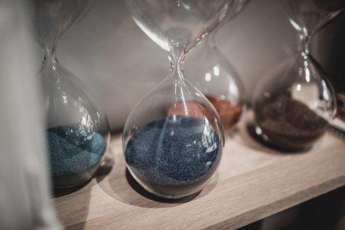 Sablier design en verre soufflé. Sablier en verre et sable de vendée. Photo L'INATELIER