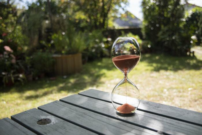 Sablier design en verre soufflé. Sablier en verre et sable de vendée. Photo KarollPetit_Nivyne_092018-236