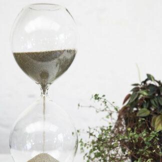 Sablier design verre soufflé et sable de vendée. Photo KarollPetit_Nivyne_092018-236
