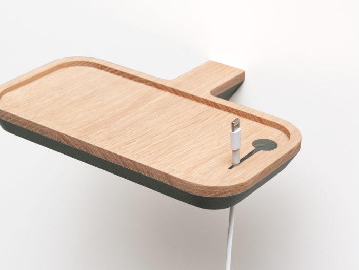 Support téléphone à fixer au mur avec zoom sur l'insert pour le fil de branchement. Portablette pour smartphone Drugeot Manufacture L'INATELIER Nantes