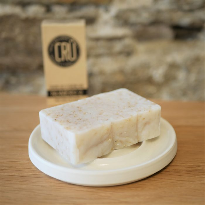 Savon au lait d'avoine bio numéro 2 écologique, éthique, artisanal et zéro déchet CRU vue déballé sur porte-savon à l'INATELIER Nantes