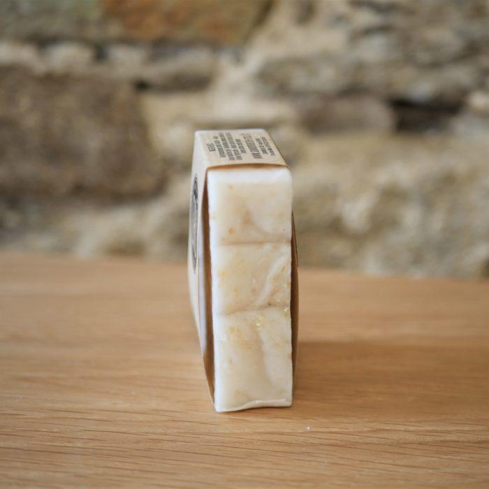 Savon numéro 2 écologique, éthique, artisanal et zéro déchet de la savonnerie CRU tranche L'INATELIER Nantes