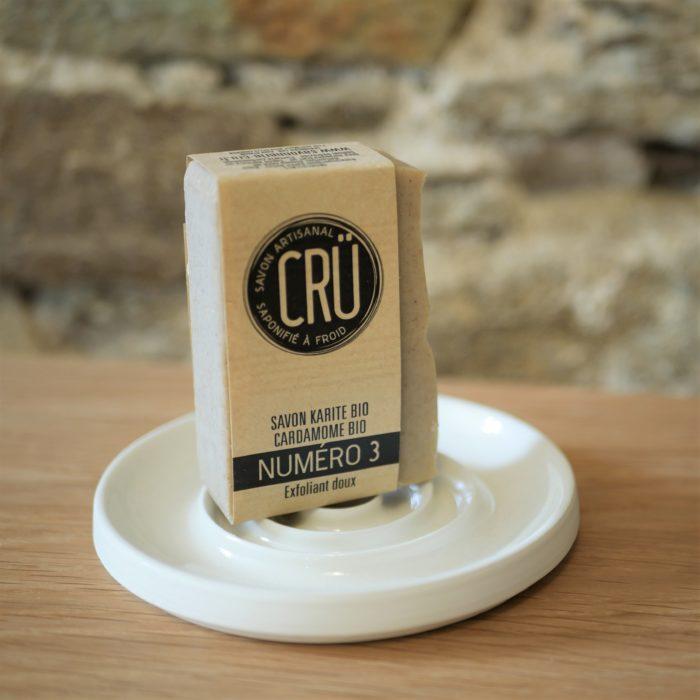 Savon beurre de karité bio et cardamome bio CRU numéro 3 écologique, éthique, artisanal et zéro déchet, sur porte-savon céramique à l'INATELIER Nantes