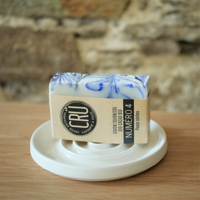 Savon beurre de cacao bio et huile de tournesol bio CRU numéro 4 écologique, éthique, artisanal et zéro déchet, sur porte-savon céramique à l'INATELIER Nantes