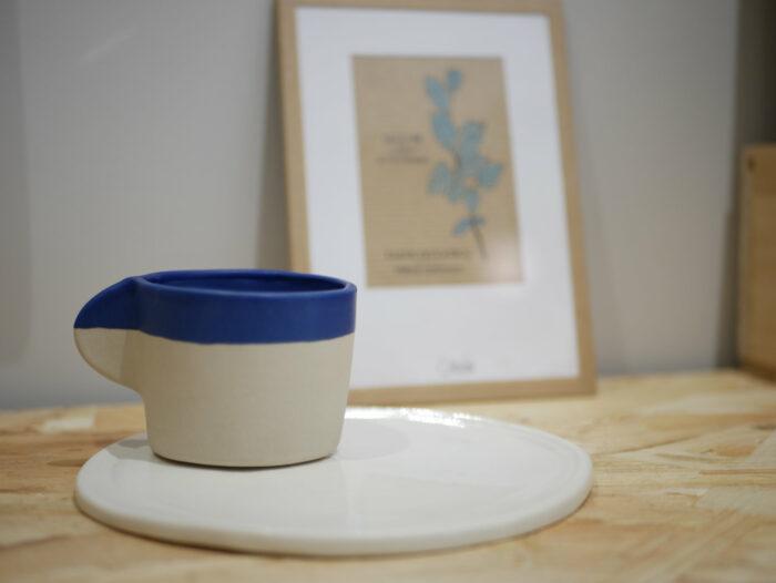 Tasse à café ou thé en céramique - grès blanc et engobe bleu Cassandre Bouilly Ceramic pour L'INATELIER Nantes