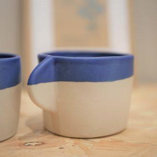 Tasse à café ou thé en céramique - grès blanc et engobe bleu Cassandre Bouilly Ceramic pour L'INATELIER Nantes zoom