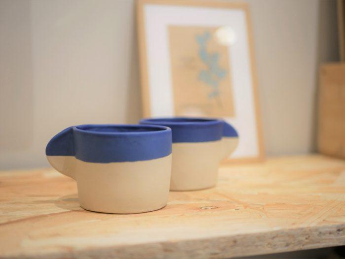 Tasse à café ou thé en céramique - lot de 2 - grès blanc et engobe bleu Cassandre Bouilly Ceramic pour L'INATELIER Nantes