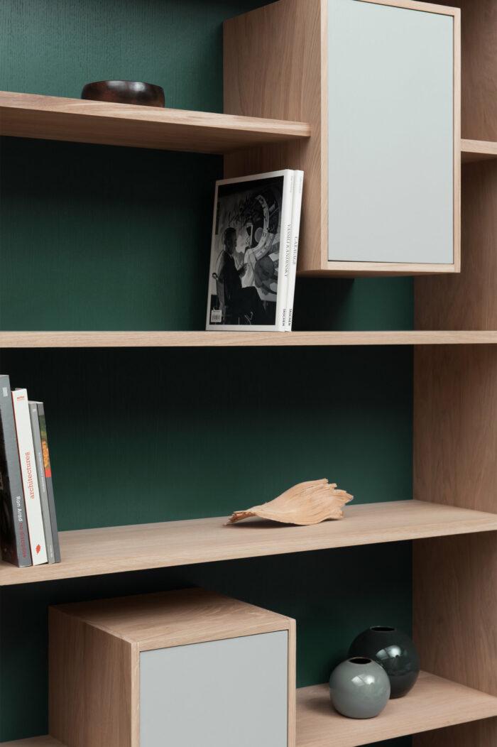 bibliothèque design mixage 100 en chene massif Drugeot manufacture L'INATELIER détail rangement étagère et case fermée avec fond vert