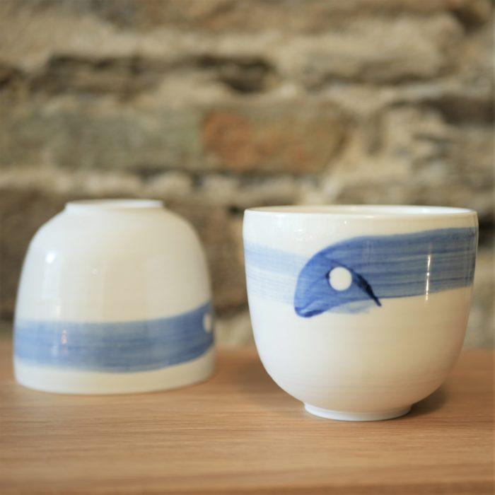 lot de bol porcelaine pour thé ou café, émaillé blanc et décor bleu L'INATELIER nantes