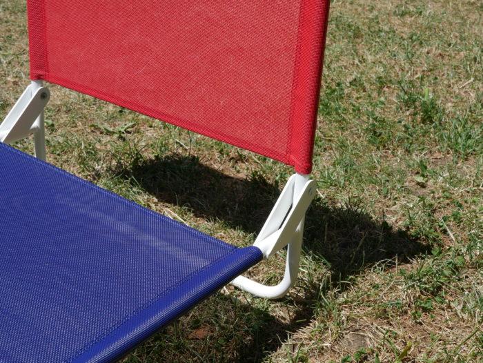 Chaise de plage la chaise française bleu et rouge_ L'Inatelier Nantes Design et artisanat francais en situation zoom sur charnière