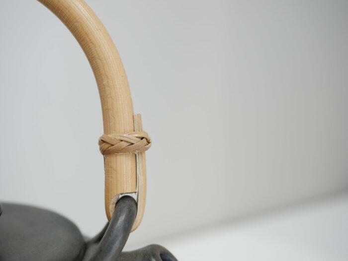 Théière céramique_grès brun foncé noir_anse bois_ L'Inatelier_Nantes_fabrication artisanale française_ bretagne_détail anse