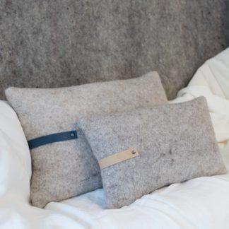 Coussin-doux-en-feutre-de-laine-artisanal-Heloise-levieux-bretagne-made-in-france-nantes-linatelier-interieur-cosy-cocooning-contemporain-plusme-moelleux-décoration-intérieure-cuir-slowmade-fait-main-artisan-art-de-france-bleu-nature