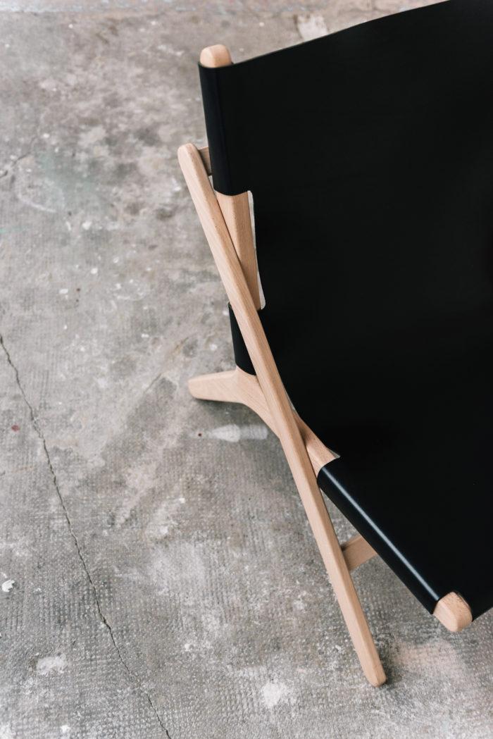 faureuil h noir_An°so design_Anne so_linatelier_design Nantes_Déco_cuir clair_structure bois_artisanat_contemporain_ profil_en situation_détail