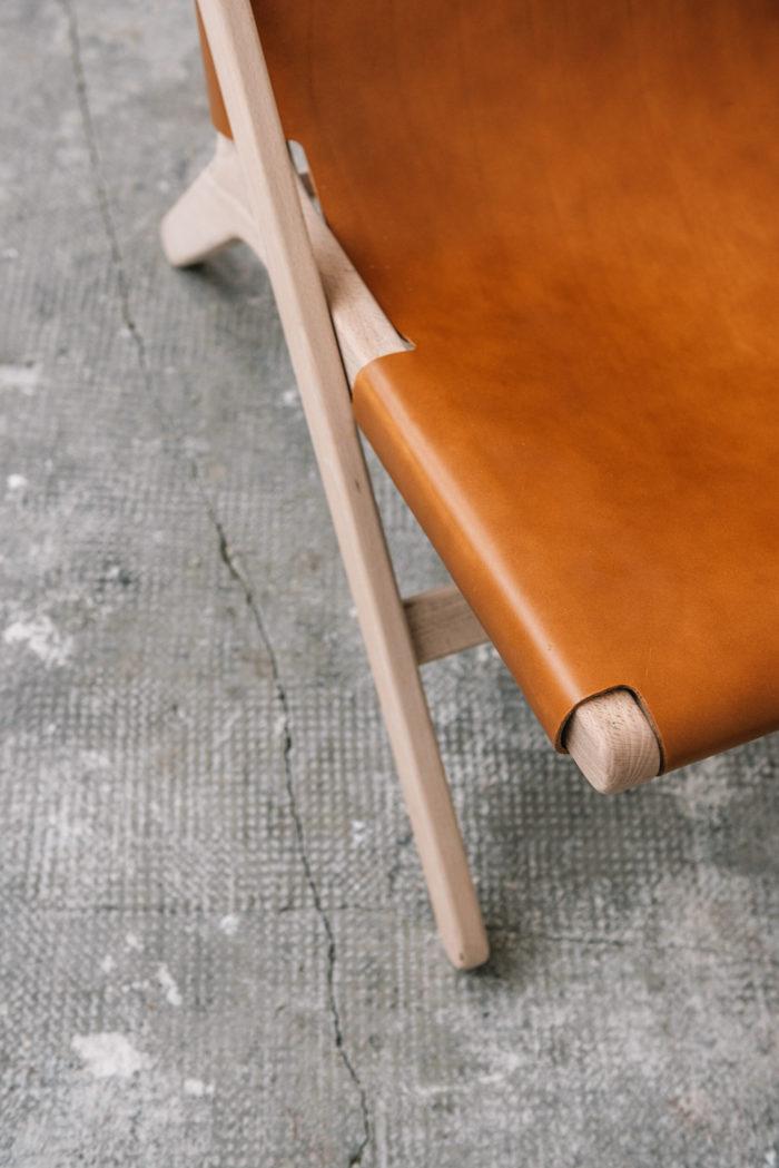 faureuil h miel_An°so design_Anne so_linatelier_design Nantes_boutique Déco_cuir clair_structure bois_artisanat_contemporain_ détail cuir et bois assise