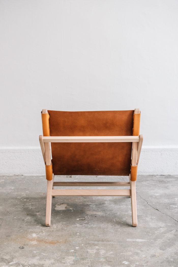 faureuil h miel_An°so design_Anne so_linatelier_design Nantes_boutique Déco_cuir clair_structure bois_artisanat_contemporain_ vue arrière en situation