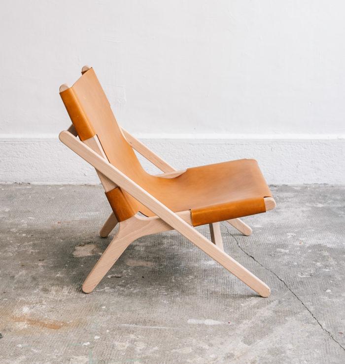 faureuil h miel_An°so design_Anne so_linatelier_design Nantes_boutique Déco_cuir clair_structure bois_artisanat_contemporain_ profil en situation
