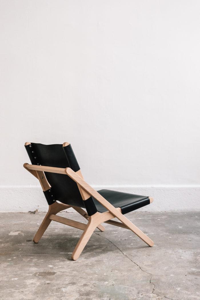 faureuil h noir_An°so design_Anne so_linatelier_design Nantes_Déco_cuir clair_structure bois_artisanat_contemporain_ vue 3/4 arrière