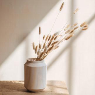 GRAND VASE BOIS de frêne_collection Bobi_L'Inatelier_Nantes_boutique déco_anso design_scandinave minimaliste_vase en situation avec fleurs séchées