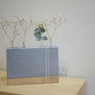 Soliflore en béton et bois_bzzzt_4vases_tubes en verres_nantes_décoration_nantes_artisanat français_fabriqué en Bretagne_vase_teinte béton moyen