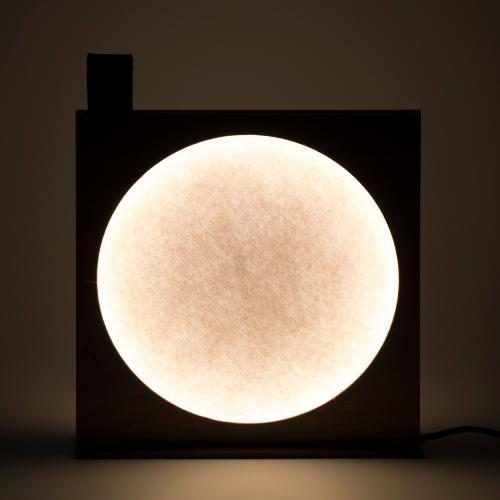 lampe à poser_Moon_KNGB_Upcycling_bois_feutre_cuir_design_création_Nantes_décoration_luminaire_chambre_feutrine_tamisé_surcyclage_zéro_déchets_face de nuit