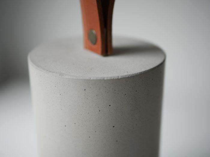 Cale porte en béton et cuir gris made in France