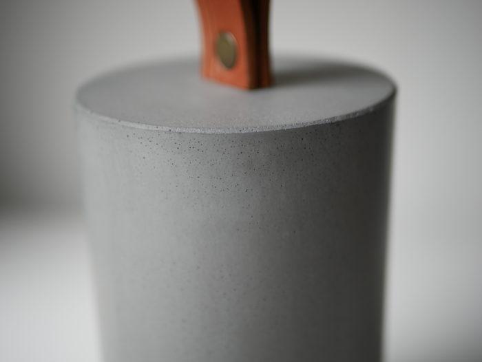 Cale-porte béton et cuir gris made in France