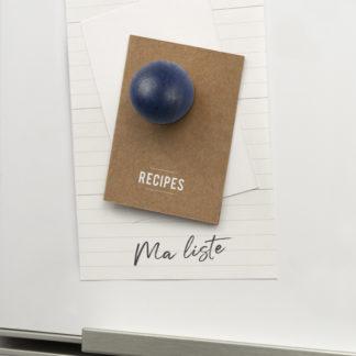 magnets-boule-magnetique-aimant-frigo-design-tout-simplement-linatelier-made-in-france-fabrication-française-jura-circuit-court-bois-couleur-lot-eco-responsable-nantes-décoration-boutique-idée-cadeau-noel-accessoire-cuisine-camaïeu-vert-bleu_bleu-nuit-en-situation