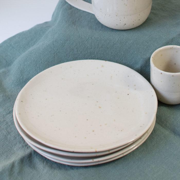 Assiette-à-dessert-en-céramique-grès-Candice Courau-fait main-made-in-france-nantes-L'Inatelier-boutique-décoration-table-art-de-la-table-repas-diner-interieur-inspiration - 101-4