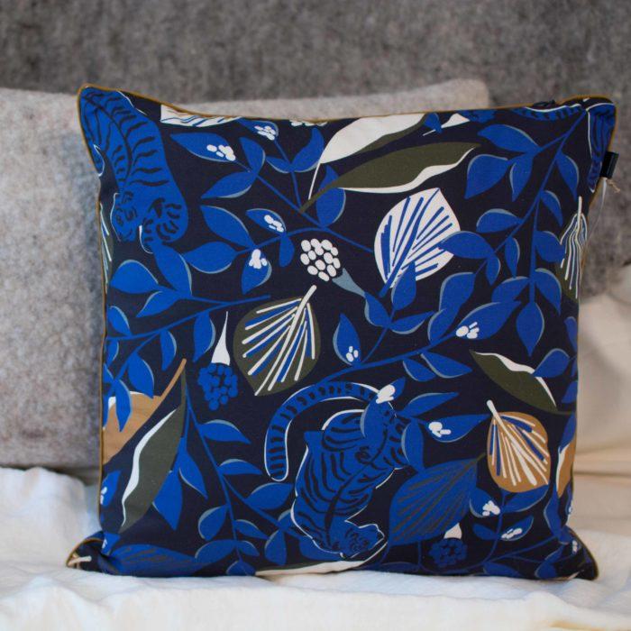 coussin-textile-à-motif-impression-Héloïse Levieux - tiger love-bleu-nantes-made-in-france-bretagne-décoration-salon-cosy-tissu