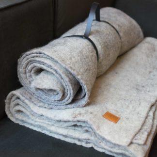 Plaid-en-laine-Feutrée-Héloïse Levieux-linatelier-décoration-nantes-intérieur-couverture-textile- canapé-salon-descente-de-lit-chambre-hiver-mouton-bretagne