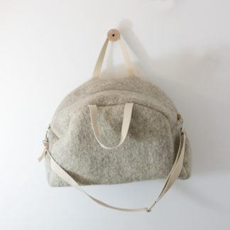 Sac-de-voyage-en- feutre-de-laine- 48h-trousse-textile-lifestyle-Héloïse Levieux-2-transport-collection-design-intérieur-linatelier-nantes-cadeaux-hiver-cocooning-cosy