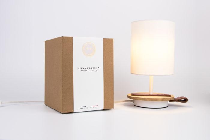 LAMPE-de chevet-CHANDELIER-BLANCHE-KNGB-creation-design-luminaire-made-in-france-artisanat-français-pièce-numérotée-bois-massif-cuir-coton-chambre-décoration-linatelier-nantes-boutique-décoration-intérieur-lumière-contemporain-écoresponsable-led-FAce-cognac-boite
