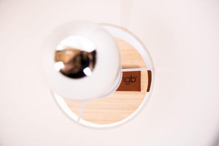 LAMPE-de chevet-CHANDELIER-BLANCHE-KNGB-creation-design-luminaire-made-in-france-artisanat-français-pièce-numérotée-bois-massif-cuir-coton-chambre-décoration-linatelier-nantes-boutique-décoration-intérieur-lumière-contemporain-écoresponsable-FACE-détail-ampoule-calotte-led