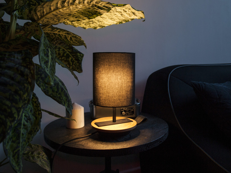 LAMPE-de chevet-CHANDELIER-NOIR-KNGB-creation-design-luminaire-made-in-france-artisanat-français-pièce-numérotée-bois-massif-cuir-coton-chambre-décoration-linatelier-nantes-boutique-décoration-intérieur-lumière-contemporain-écoresponsable-led-FAce-marron-allumé-situation-nuit