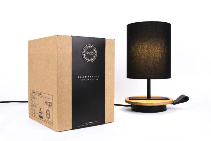 LAMPE-de chevet-CHANDELIER-NOIR-KNGB-creation-design-luminaire-made-in-france-artisanat-français-pièce-numérotée-bois-massif-cuir-coton-chambre-décoration-linatelier-nantes-boutique-décoration-intérieur-lumière-contemporain-écoresponsable-led-FAce-marron-packaging
